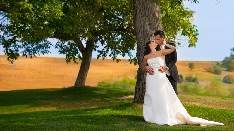 Esküvői fotózás a golfpályán, egy kreatív esküvői fotós munkája